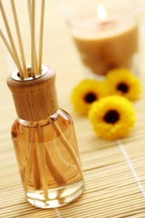 reed-diffuser-versus-candle